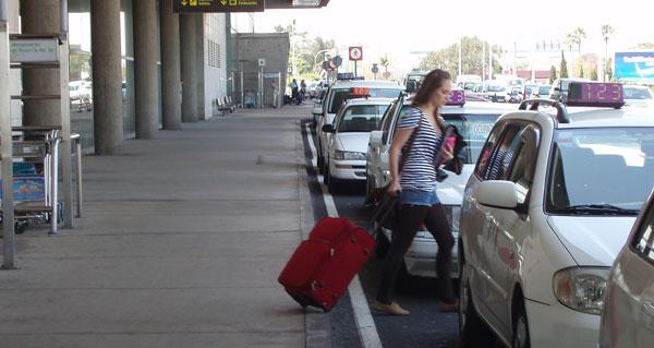 Resultado de imagen de taxis aeropuerto los rodeos